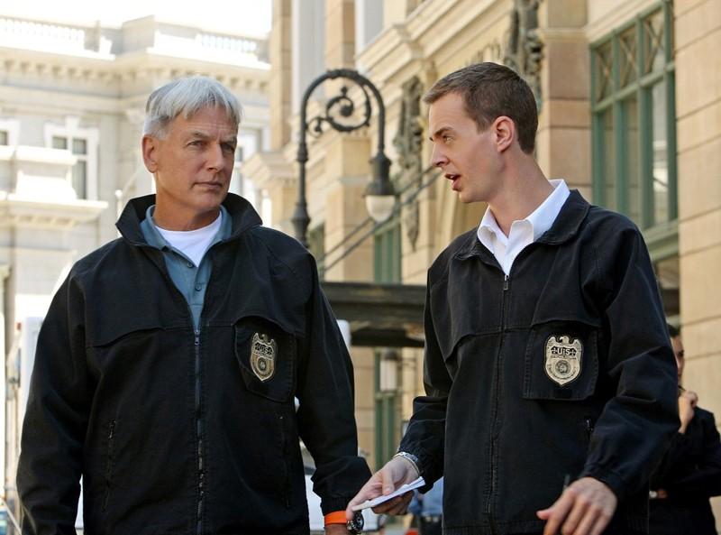 McGee (Sean Murray) parla con Gibbs (Mark Harmon) nell'episodio Cracked di N.C.I.S.