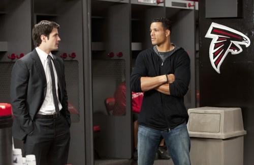 Nathan (James Lafferty) parla con Tony Gonzalez dei Falcons nell'episodio Mouthful of Diamonds di One Tree Hill