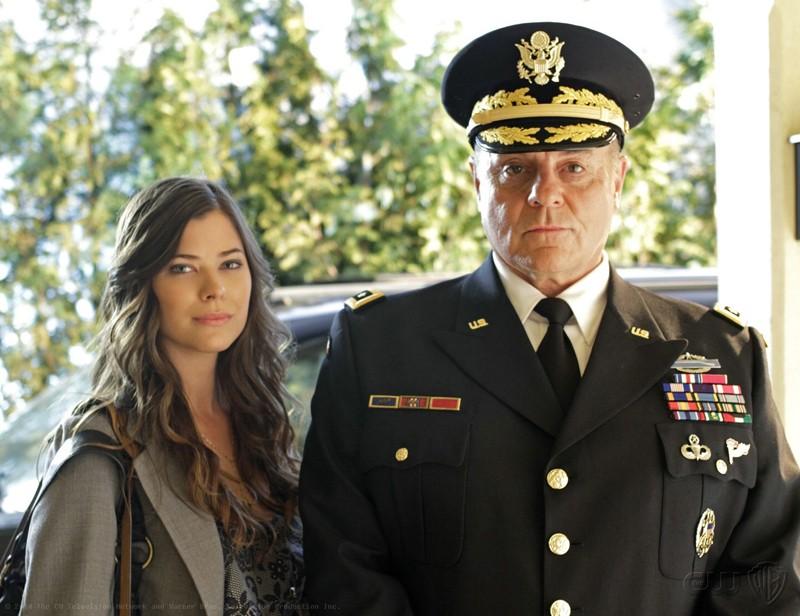 Peyton List e Michael Ironside in una foto promo per l'episodio Ambush di Smallville