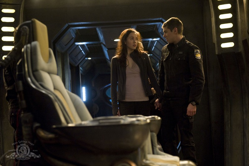 Chloe (Elyse Levesque) e il Tenente Scott (Brian J. Smith) nell'episodio Pathogen di Stargate Universe
