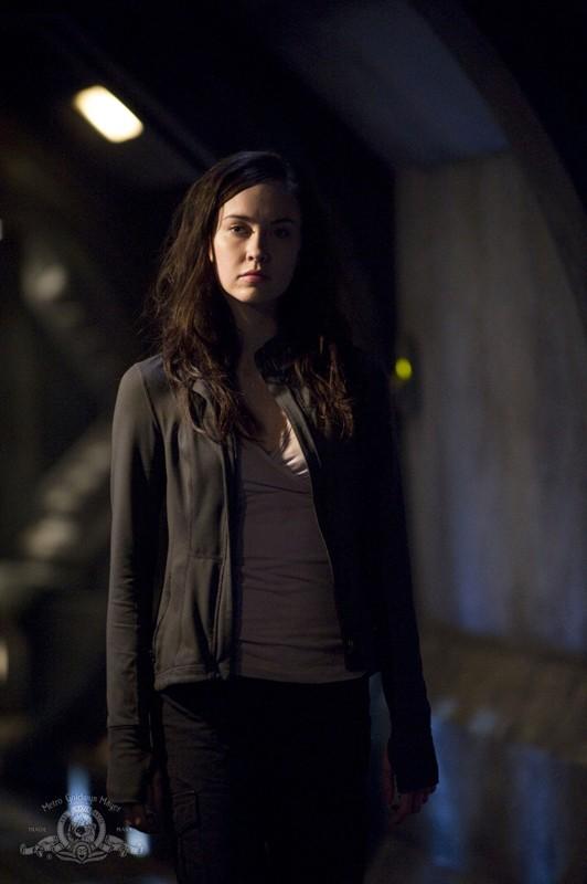 Chloe (Elyse Levesque) in una scena dell'episodio Pathogen di Stargate Universe