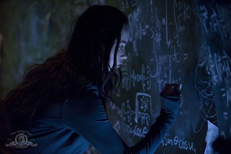 Chloe (Elyse Levesque) scrive sulle pareti della Destiny nell'episodio Pathogen di Stargate Universe