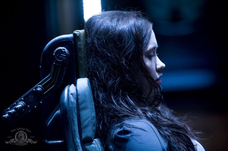 Chloe (Elyse Levesque) seduta sulla sedia nell'episodio Pathogen di Stargate Universe