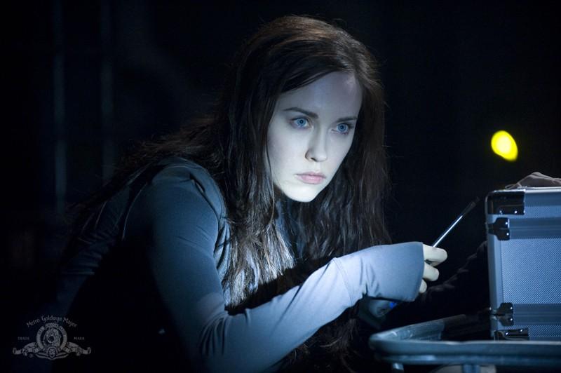 Chloe (Elyse Levesque) sorpresa, in un momento dell'episodio Pathogen di Stargate Universe