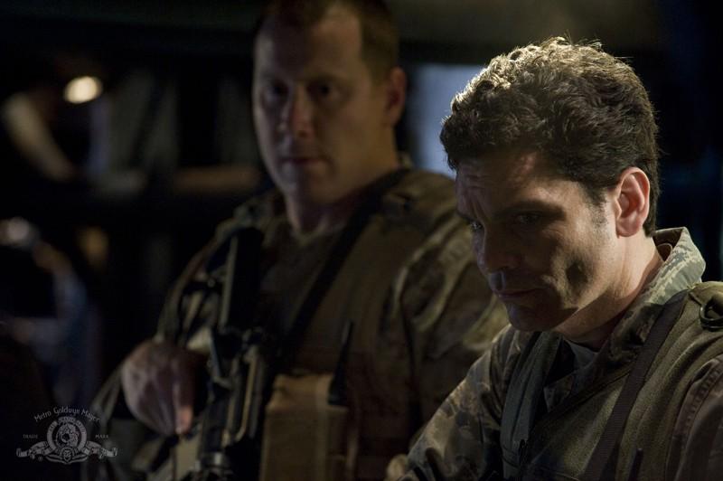 Due soldati in una scena dell'episodio Awakenings di Stargate Universe