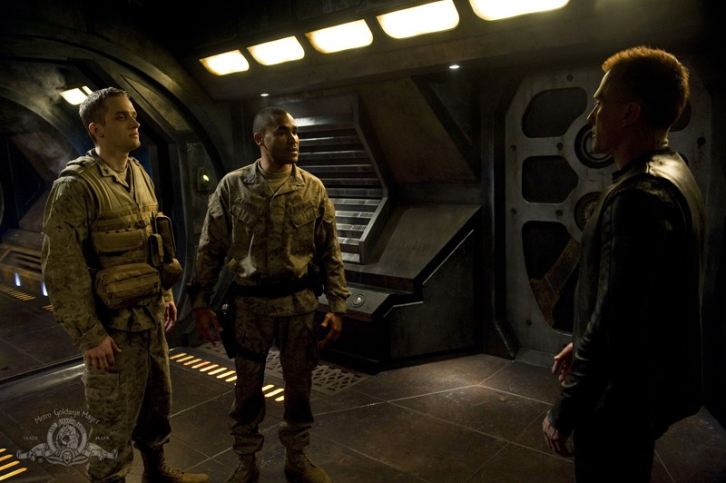Greer (Jamil Walker Smith) e Simeon (Robert Knepper) nell'episodio Pathogen di Stargate Universe
