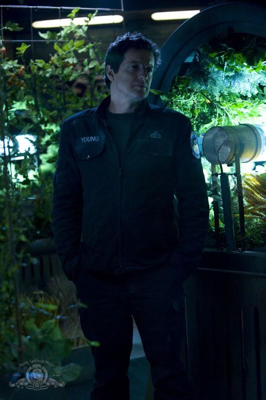 Il Col. Young (Justin Louis) idavanti alle colture idroponiche nell'episodio Awakenings di Stargate Universe