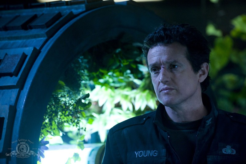 Il Col. Young (Justin Louis) in un momento dell'episodio Awakenings di Stargate Universe