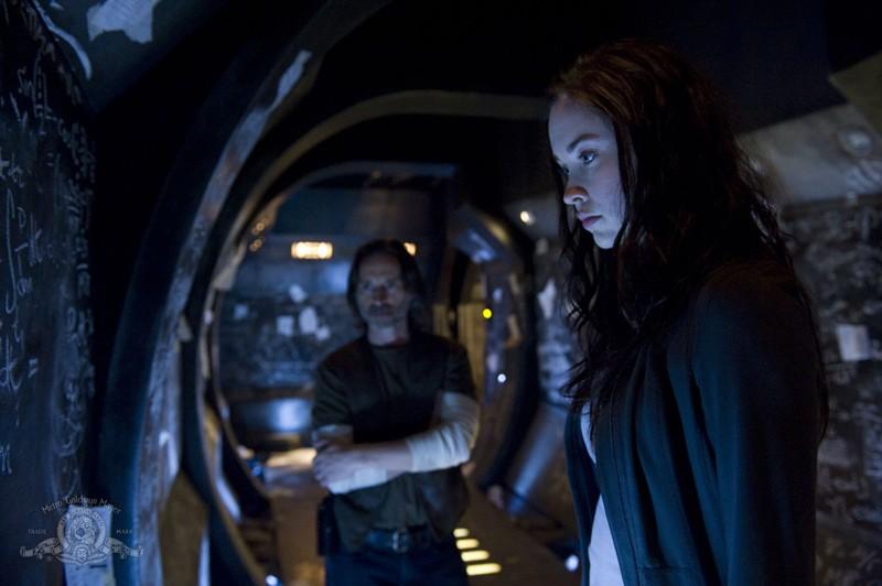 Il Dott. Rush (Robert Carlyle) e Chloe (Elyse Levesque) nell'episodio Pathogen di Stargate Universe