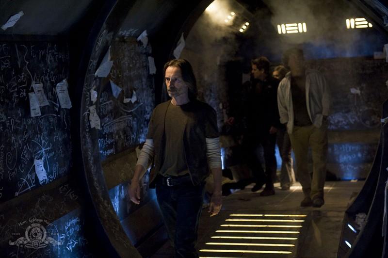 Il Dott. Rush (Robert Carlyle) esamina le scritte nell'episodio Pathogen di Stargate Universe