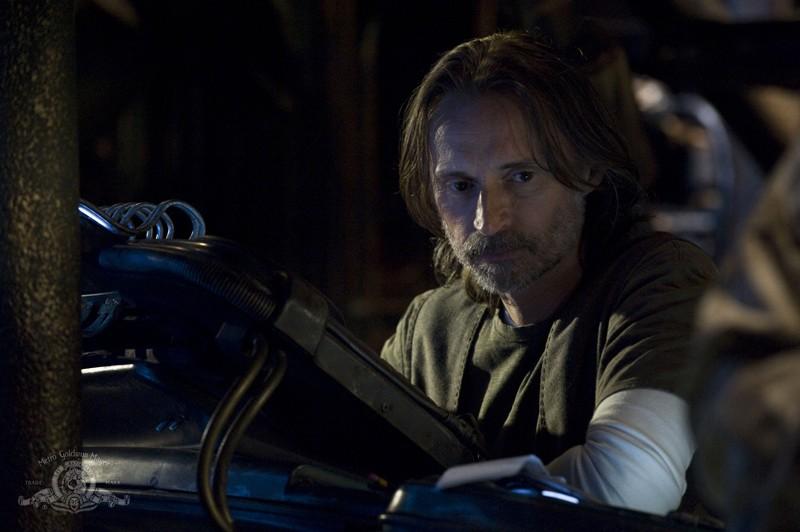 Il Dott. Rush (Robert Carlyle) nell'episodio Awakenings di Stargate Universe