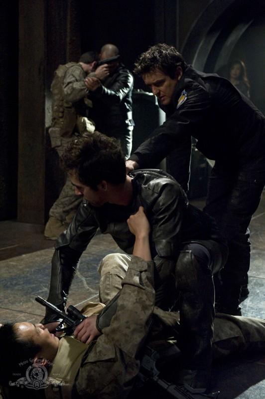 Justin Louis durante una scena movimentata nell'episodio Aftermath di Stargate Universe