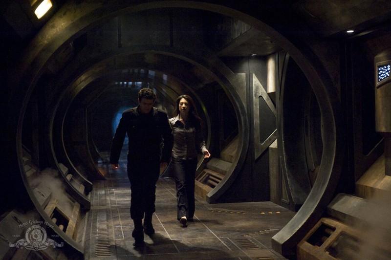 Justin Louis e Ming-Na in un corridoio della Destiny nell'episodio Aftermath di Stargate Universe