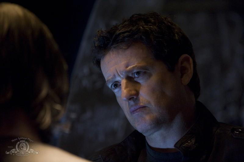 Justin Louis parla con Robert Carlyle nell'episodio Pathogen di Stargate Universe