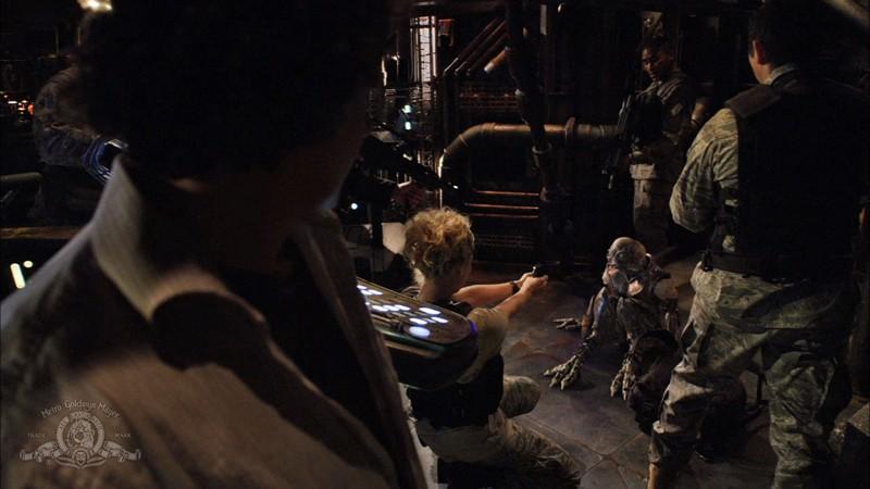 Lou Diamond Phillips, Alaina Kalanj, Brian J. Smith affrontano un alieno nell'episodio Awakenings di Stargate Universe