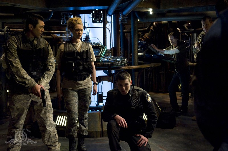 Lou Diamond Phillips, Alaina Kalanj, Brian J. Smith e Robert Carlyle nell'episodio Awakenings di Stargate Universe