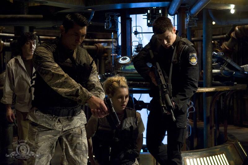 Lou Diamond Phillips, Alaina Kalanj, Brian J. Smith nell'episodio Awakenings di Stargate Universe