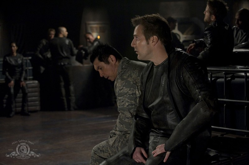 Lou Diamond Phillips e Mike Dopud nell'episodio Aftermath di Stargate Universe