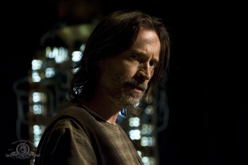 Robert Carlyle in un momento dell'episodio Aftermath di Stargate Universe