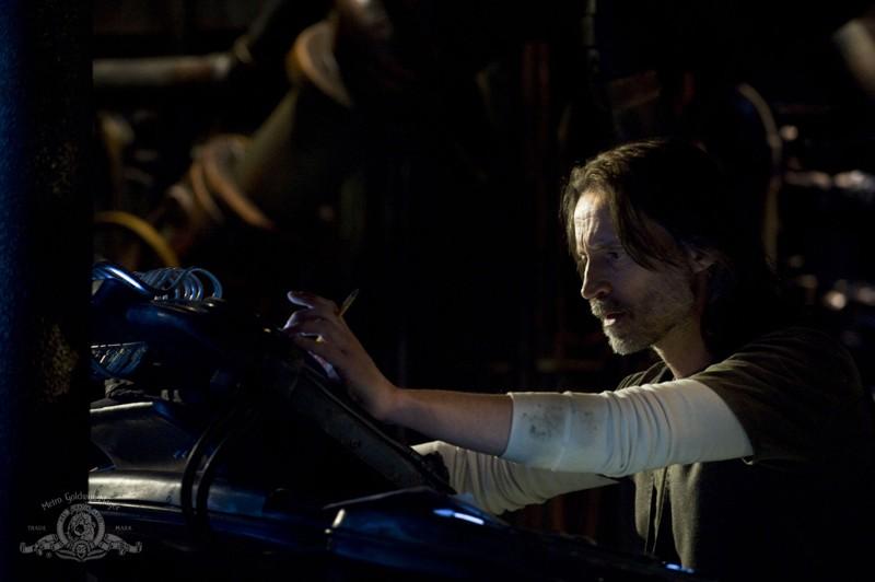 Robert Carlyle in una scena dell'episodio Awakenings di Stargate Universe