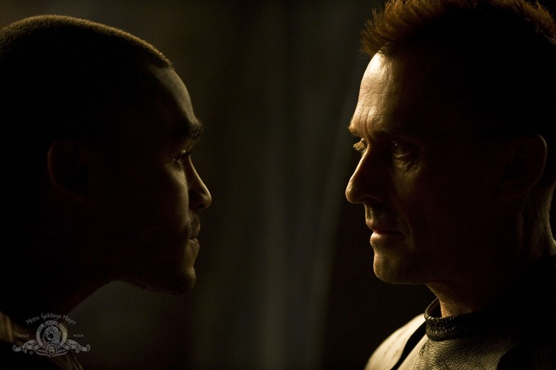 Sgt. Greer (Jamil Walker Smith) faccia a faccia con Simeon (Robert Knepper) in Pathogen di Stargate Universe