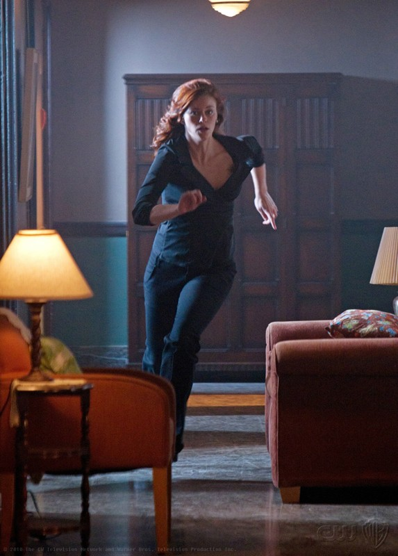 Tess (Cassidy Freeman) in corsa in una scena dell'episodio Abandoned di Smallville