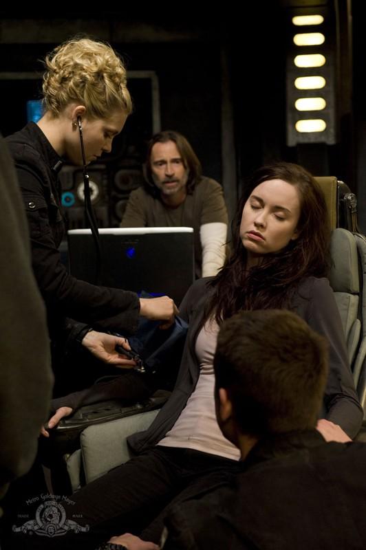 TJ (Alaina Kalanj) esamina Chloe (Elyse Levesque) nell'episodio Pathogen di Stargate Universe