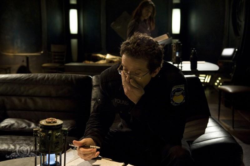 Un preoccupato Justin Louis nell'episodio Aftermath di Stargate Universe