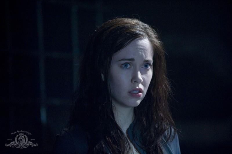 Un primo piano di Chloe (Elyse Levesque) nell'episodio Pathogen di Stargate Universe