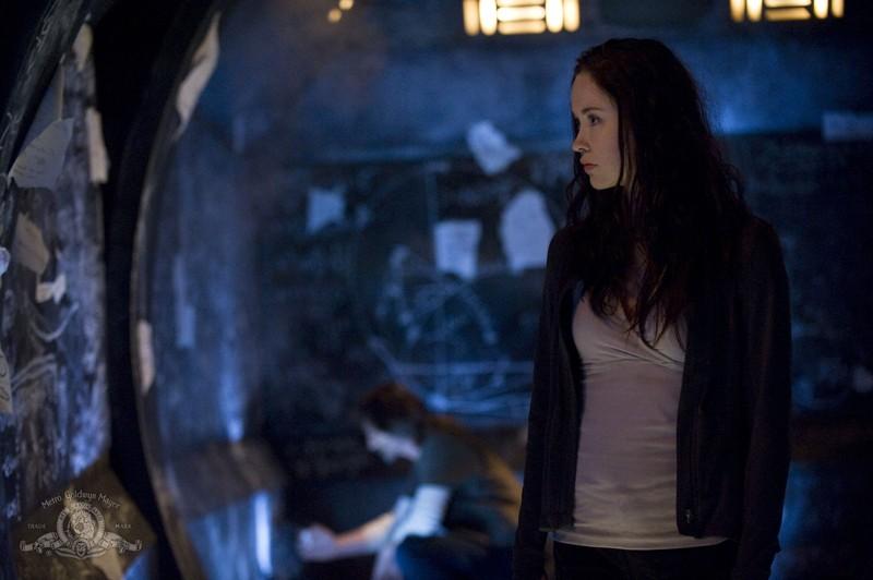 Una sequenza dell'episodio Pathogen di Stargate Universe con Elyse Levesque