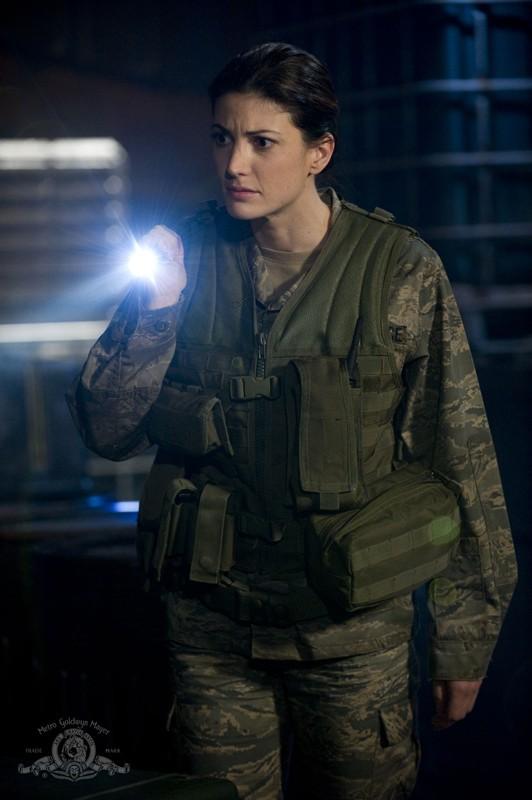 Vanessa James (Julia Anderson) con torcia in mano nell'episodio Pathogen di Stargate Universe