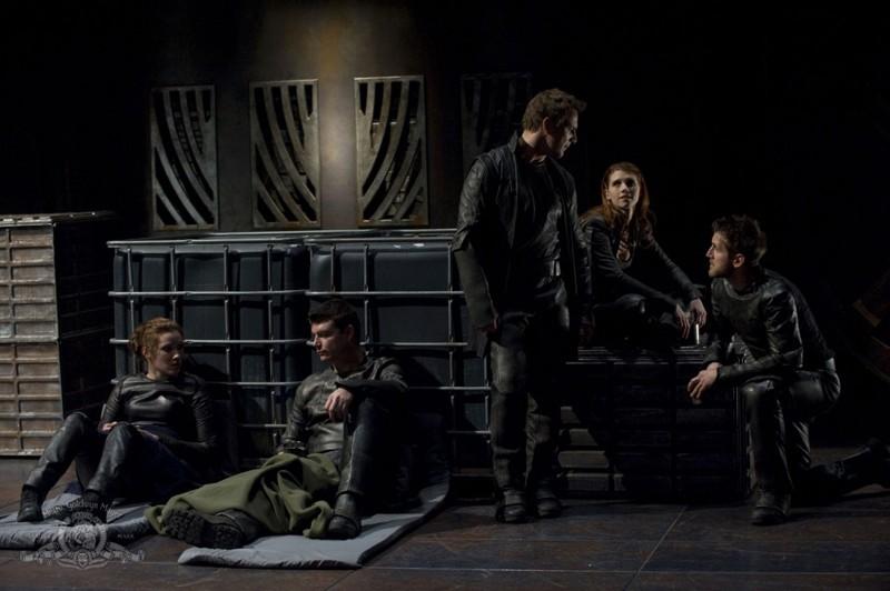Varro (Mike Dopud), Ginn (Julie McNiven) e la loro squadra in: Aftermath di Stargate Universe
