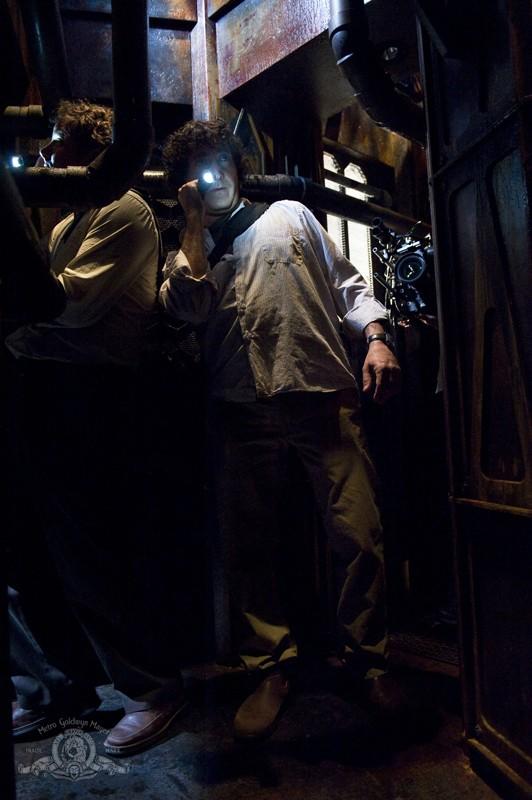 Volker (Patrick Gilmore) e Brody (Peter Kelamis) esplorano la nave in Awakenings di Stargate Universe