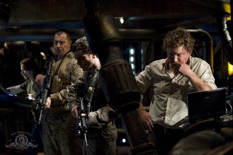 Volker (Patrick Gilmore) ed altri soldati nell'episodio Awakenings di Stargate Universe