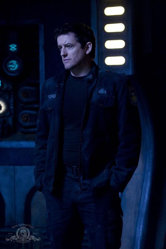 Young (Justin Louis) in un momento dell'episodio Pathogen di Stargate Universe