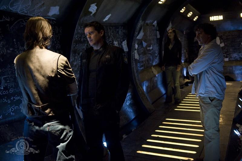Young (Justin Louis) parla con Rush (Robert Carlyle) nell'episodio Pathogen di Stargate Universe