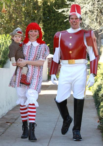 Alyson Hannigan, Alexis Denisof e la loro figlia Satyana vanno a casa di amici la notte di Halloween in Santa Monica