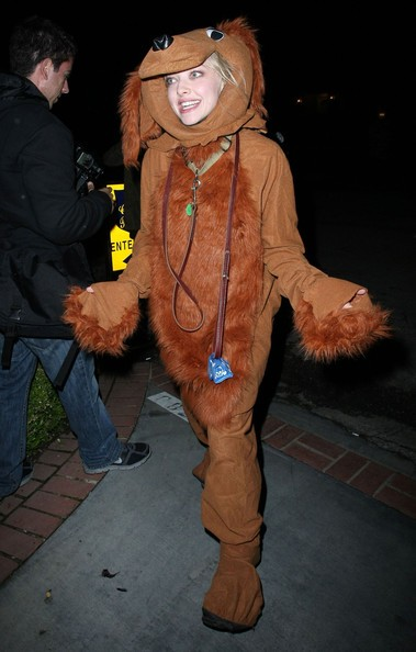 Amanda Seyfried, vestita da cane arriva al Kate Hudson's Halloween Party in Pacific Palisades