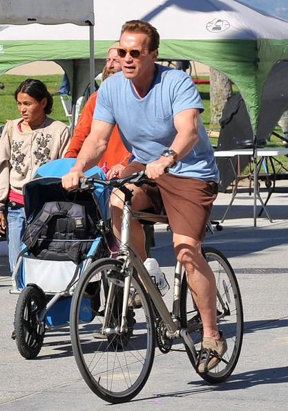 Arnold Schwarzenegger e una delle sue guardie del corpo in biciclette a Venice Beach