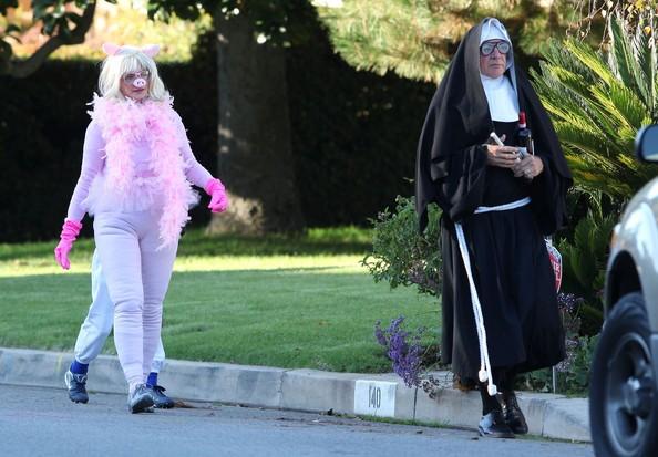 Harrison Ford (vestito da suora) e Calista Flockhart (vestita da maialina) festeggiano Halloween 2010