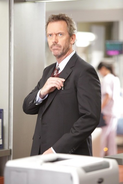 Hugh Laurie in Dr House: Medical Division nell'episodio Small Sacrifices