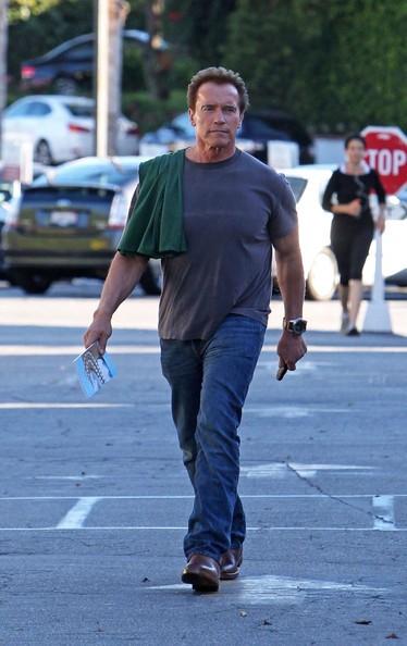 Il Governatore della California, Arnold Schwarzenegger lascia il Brentwood Country Mart