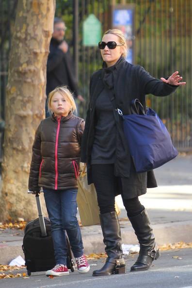 Kate Winslet con la figlia Mia chiama un taxi