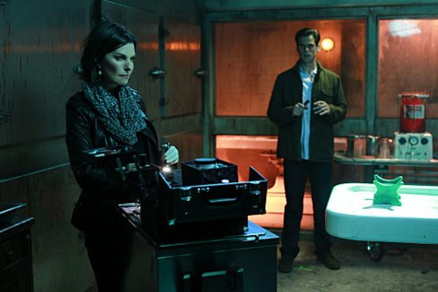 Sela Ward e Eddie Cahill in CSI: New York, nell'episodio Scared Stiff