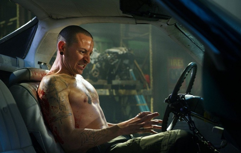 Chester Bennington interpreta Evan in una scena del film Saw 3D
