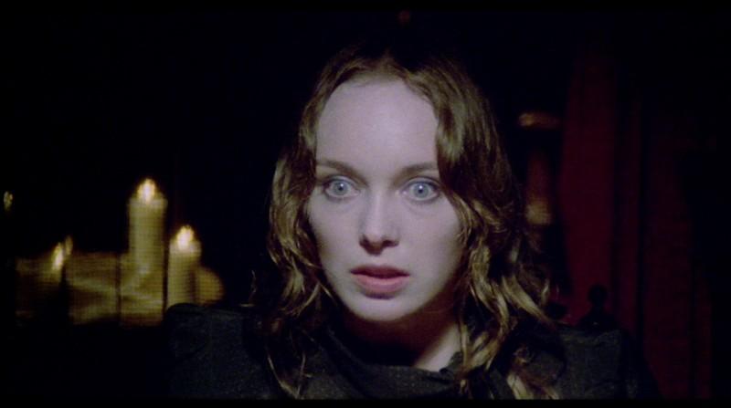 Catriona MacColl in una scena del film Paura nella città dei morti viventi