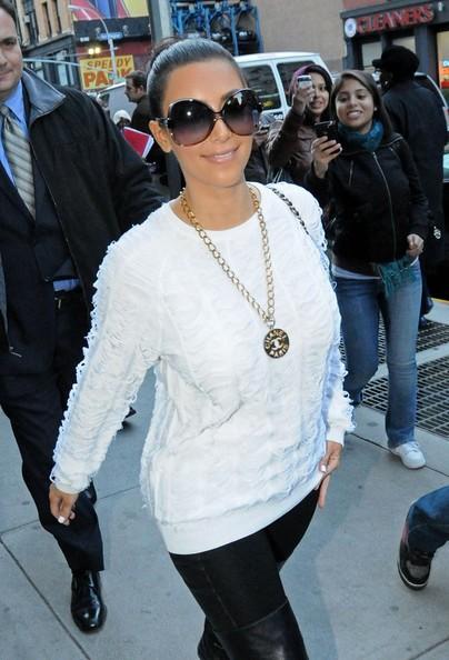 Kim Kardashian esce dal Tribeca Nail Salon dopo una manicure