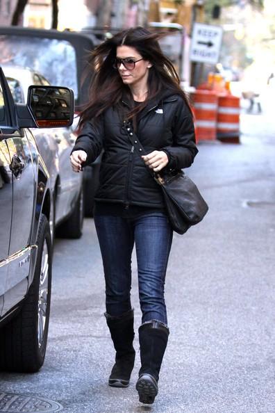 Sandra Bullock si dirige alla sua auto in una fredda mattinata di New York