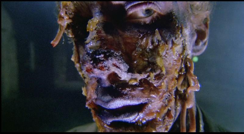 Una inquietante scena del film Paura nella città dei morti viventi