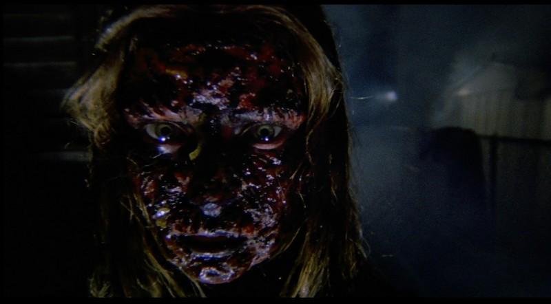 Una irriconoscibile Antonella Interlenghi in una scena del film Paura nella città dei morti viventi